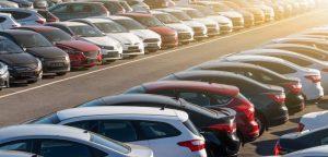 Zahlreiche Fahrzeuge aufgereiht auf einem Parkplatz oder Fuhrpark im Autohandel