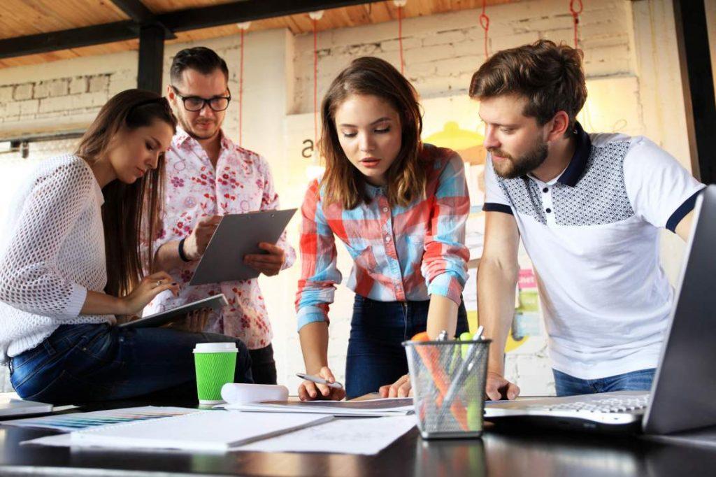 Unternehmenskommunikation, Planung, Teamwork, Konzeption, Planung, Unterlagen, Menschen, Besprechung, Meeting, erfolgreiche Unternehmenskommunikation, Kanäle, Präsenz