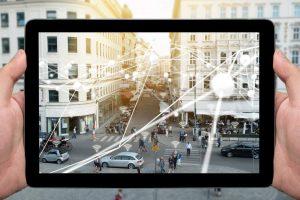 iPad, Straßenszene, Kreuzung, Straßenverkehr, Vernetzung, Internet of Things, IoT, Big Data, Autos, Radfahrer, Fußgänger, Online Kommunikation, Digitalisierung, Individualisierung, Innovationszyklen, Disruption