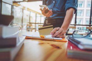 Schreibtisch, Arbeitsplatz, Notizbücher, Arbeitsunterlagen, Kreditkarte, Smartphone, Digital Foundation, Verfügbarkeit von Information, Kundenerwartungen, Produktdaten, bargeldloses Bezahlen, Interneteinkauf, Internetshopping