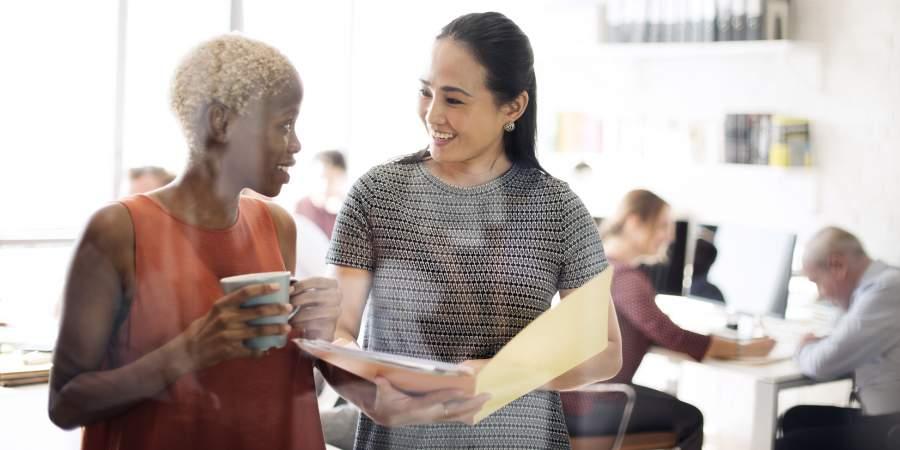 Kommunikation, Gespräch, Mitarbeiterinnen, Diversität, interkulturelle Zusammenarbeit, Collaboration, Globalisierung, HR Management, Human Resources, interkulturelle Konflikte in Organisationen