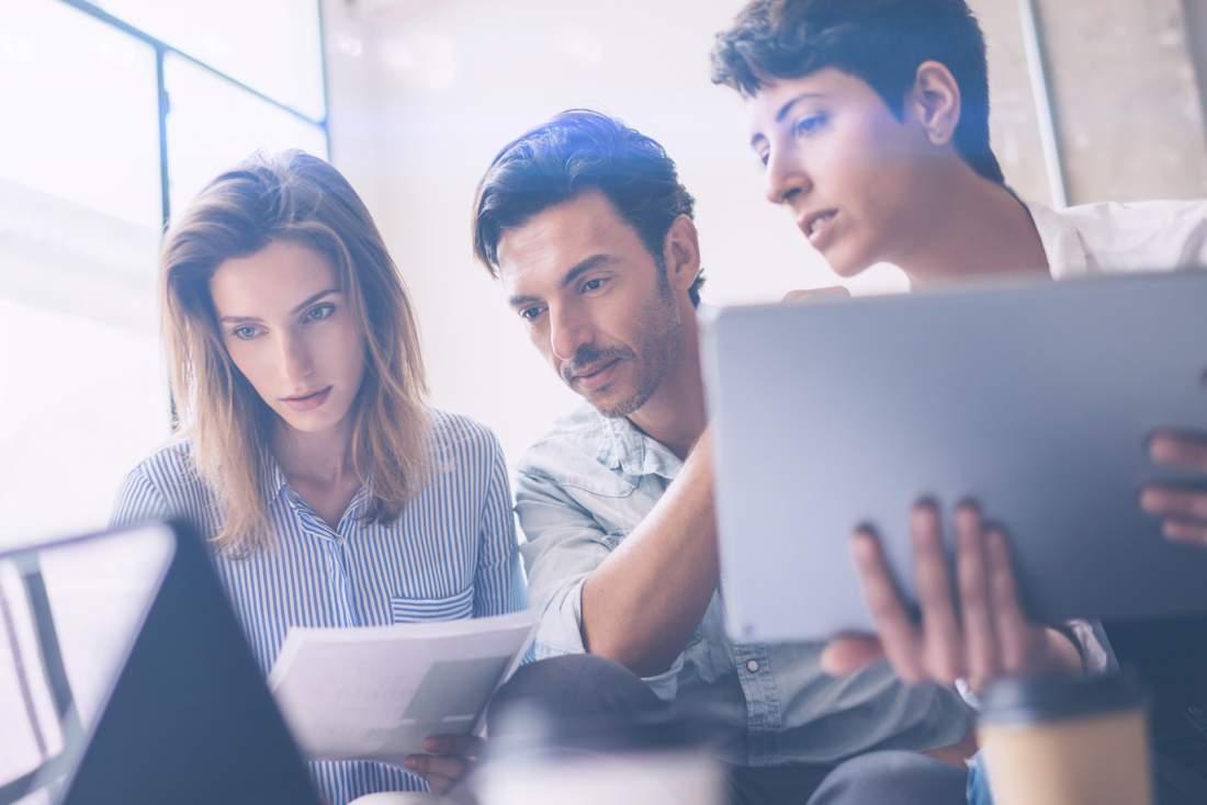 Team, Bildschirm, Schreibtisch, Frauen, Mann, Überprüfung, Bedarfsanalyse, digitales Szenario, toolbasierte Auswahl, Online Collaboration Tools