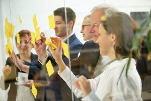 Brainstorming, Klebezettel, post-its, Notizen, Ideen, Mind Mapping, Besprechung, Neuausrichtung, Prozessanpassung, Unternehmensinnovation, Workshop, Diversität, systematische Innovation
