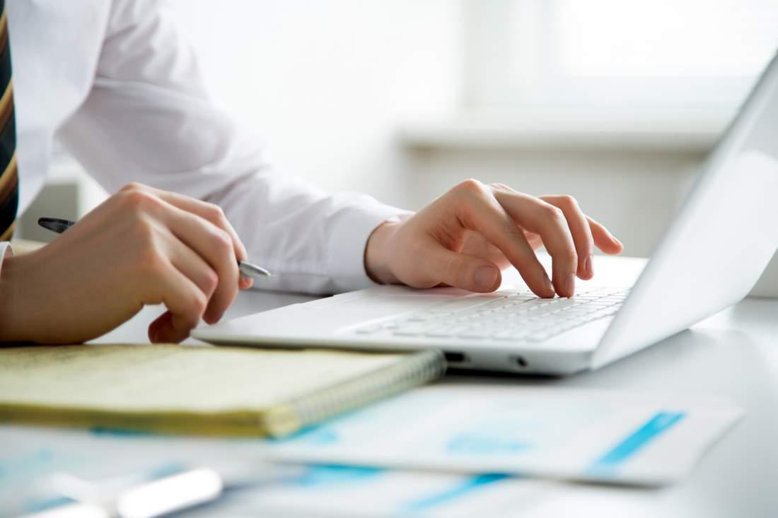 Laptop, Schreibtisch, Hände, Notizbuch, Stift, Notizen, Mitschreiben, Webinar, Weiterbildung, Fortbildung, Mitarbeiterbindung, Mitarbeitermotivation, Employer Branding, eLearning in Unternehmen