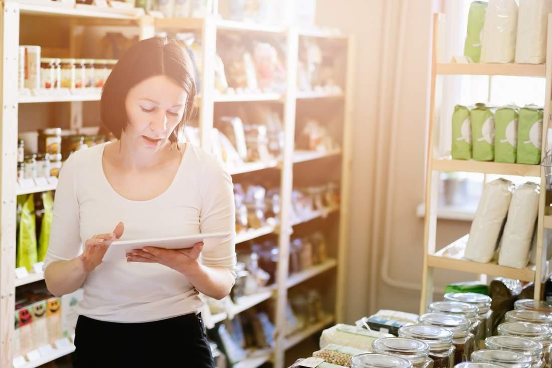Frau, Tablet, Einkaufen, Lebensmittelgeschäft, Nachvollziehbarkeit, Produktionsprozess, gläserner Produzent, lückenlose Nachverfolgbarkeit von Lebensmitteln