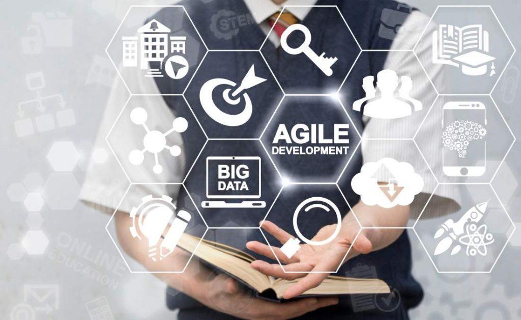 Agile, Big Data, Projektprozess, Projektmanagement, Projekte im Digitalisierungsrausch, Mann, Grafiken, Pfeil, Schlüssel, Vernetzung, Buch, Netzwerken, Digitalisierung, Wandel, PM-Tag, GPM