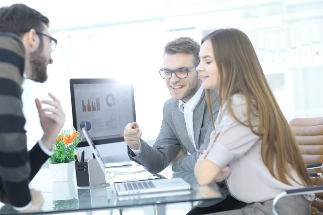 Geschäftsleute, Geschäftsmann, Geschäftsfrau, business meeting, Besprechung, Konzept, Schreibtisch, Laptop, Technik, Digitalisierung, digitale Transformation, Ressourcenplanung, Enterprise Resources Planning, ERP, Infor-Systeme, TCI, Beraterservice, Infor-Beratung