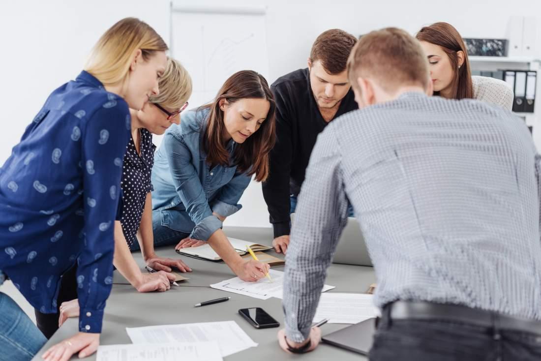 Mitarbeitende, Team, Besprechung, Besprechungstisch, STrategiebesprechung, Geschäftsfrauen, Geschäftsmänner, Meeting, Erklärung, Unterlagen, Kreis, Zirkel, ERP-Projekt, ERP-Einführungen, ERP-System