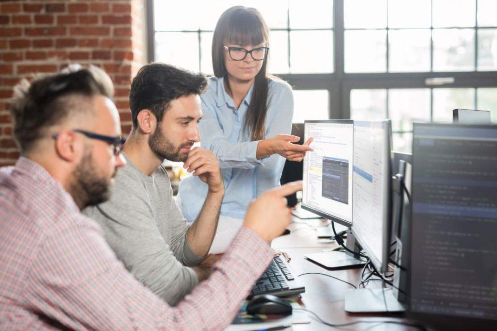 Mitarbeiter, Bildschirme, Schreibtisch, Erklärungen, Erläuterungen, Nachdenken, geistige Anwesenheit, Veränderungen annehmen, Veränderungen verinnerlichen, Neuerungen im Unternehmen umsetzen, Mitarbeiter mobilisieren, Mobilisierung der Mitarbeiter