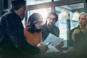 Projektteam, Arbeitskollegen, Männer, Frauen, Besprechung, Meeting, Statistiken,Unterlagen, Skepsis, Akzeptanz schaffen, Überzeugungsarbeit, richtige Inhalte für Projektmarketing, Projektkommunikation, ERP-Syetmeinführungen, SAP; Infor LN, Infor M3
