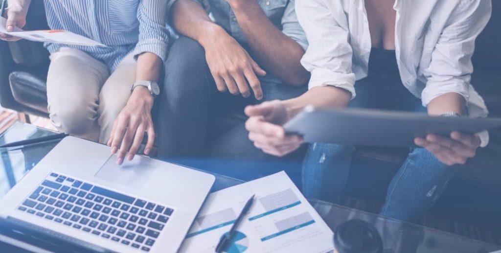 Laptop, Tablet, Team, Business Meeting, Besprechung, Unternehmensführung, digitaler Tornado, Digitalisierung, persönliches Arbeitsumfeld, Unternehmen unterstützen, Mitarbeiterengagement, Zukunftsfähigkeit sichern, schneller werden, flexibler werden, agiler werden, agile management