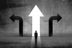 Pfeile, Richtungsweisend, Geschäftsmann, Entscheidung zwischen Extremen, Unternehmensentscheidung, Innovationsorientierung, Effizienzorentierung, agile Methoden, Zukunftsfähigkeit, Entscheidungsmodell, Systemtheorie, konkret anwendbare Entscheidungsorientierung für Unternehmen