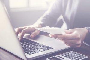 Laptop, Abrechnung, Finanzbuchhaltung, Laptop, Rechnungseingang, Rechnungserstellung, Abrechnungsprozess optimieren, Prozessoptimierung, Outsourcing-Varianten, Einflussfaktoren Outsourcing, Beispielszenario Prozessoptimierung