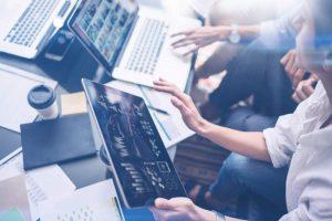 Tablet, Laptop, Hände, Menschen, E-Learning im Unternehmen, Digital Transformation, Enterprise Transformation Cycle, Interview, TCI-Blog, TCI GmbH, Transformation Consulting International, Interview, ETC, Kai Karin Baum
