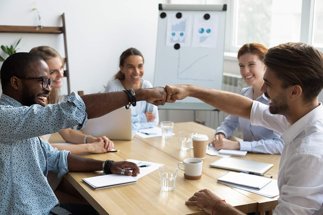 Bedeutung von Emotionen im Unternehmen, richtig mit Emotionen im Unternehmensalltag umgehen, People Management, soziale Funktion von Emotionen, Emotionen verstehen, wie funktionieren Emotionen, Teamwork, Gruppenzugehörigkeit, Zugehörigkeitsgefühl, soziale Identität, Teamwork, whiteboard, Management Meeting