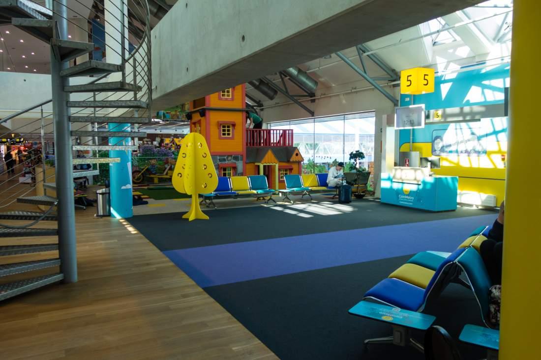 Tallinn Terminal, Wartebereich Flughafen Tallinn, bunter Flughafen, angenehmer Flughafen, Digitalisierung, Wirtschaftlicher Aufschwung, Digitaler Wandel, digitaler Staat, Latitude59