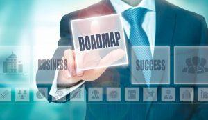 Geschäftsmann wählt die digitale Karte Roadmap zwischen Business und Successs aus