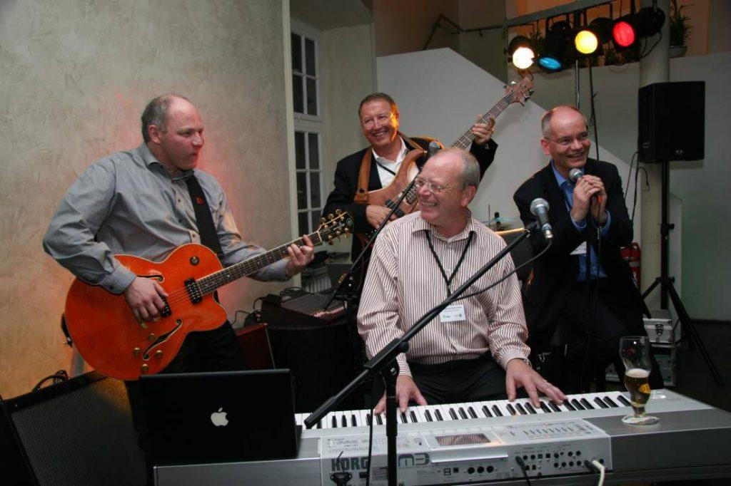 Die Gründungsmitglieder des TCI-Netzwerkes um Wolfgang Schnober am Keyboard spielt als Band