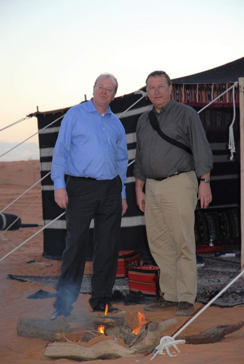 TCI-Gründer WOlfgang Schnober und Wolfgang Hellriegel in der Wüste vor einem Zelt