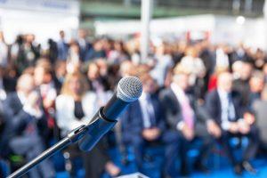 Mikrophon bei Pressekonferenz vor Journalisten im Hintergrund