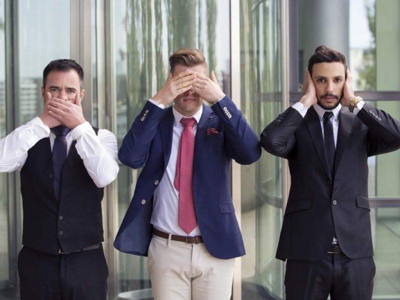 Drei Geschäftsmänner imitieren die drei Affen SPeak no Evil, see no evil, hear no evil
