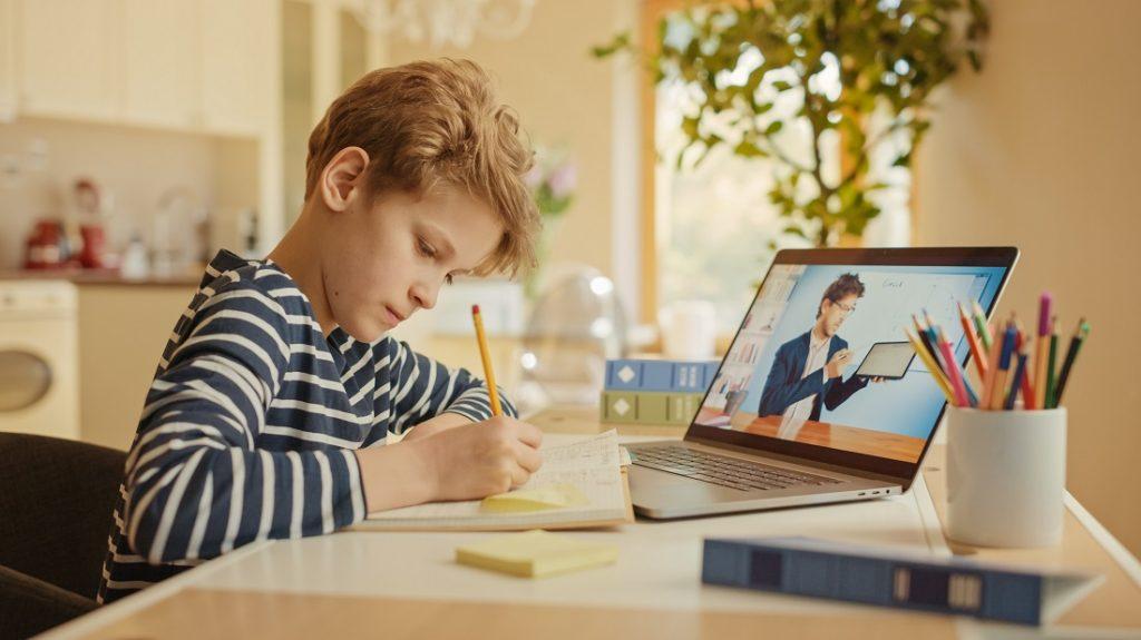 Junge im Homeschooling vor PC, PC-Spende fuer Heimunterricht