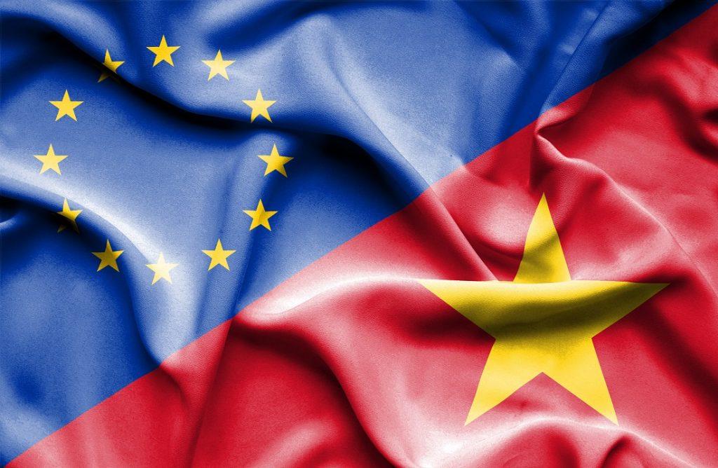 Europaeische und vietnamesische Flagge als Symbol für interkulturelles Verstaendnis und wirtschaftliche Zusammenarbeit