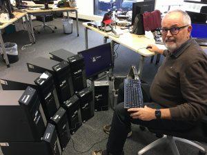 Peter Mandos mit den gespendeten Endgeraeten für den Heimunterricht
