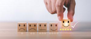 Würfel mit 5-Sterne-Bewertung und lächelndem Smiley