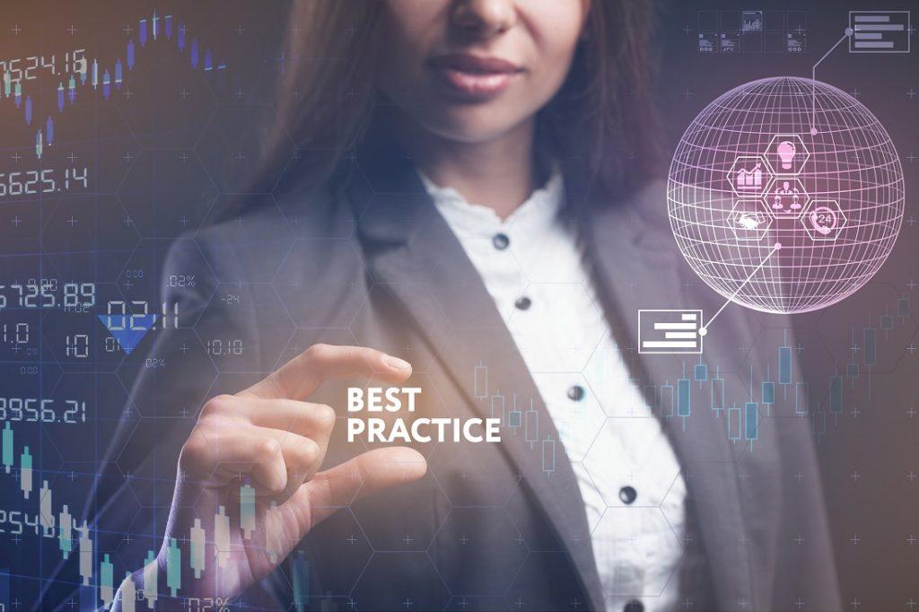 """Frau nimmt Schriftzug """"Best Practice"""" in futuristischem virtuellem Design"""