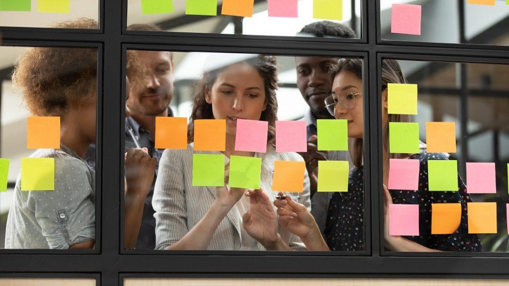 Junges Team arbeitet zusammen und nutzt agile Arbeitsweisen