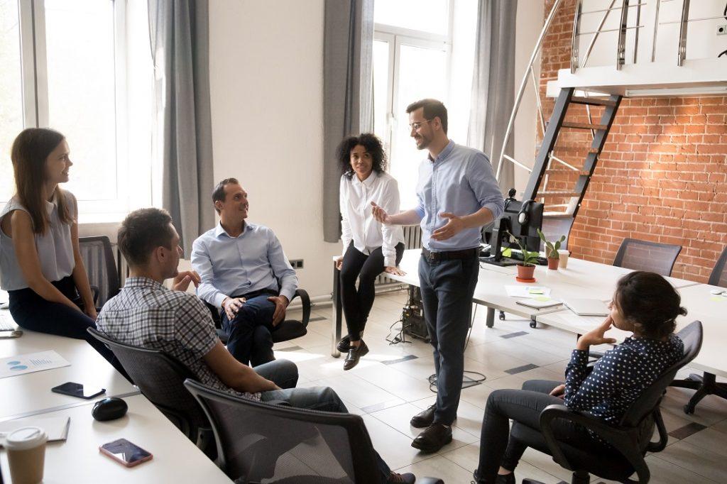 Chef kommuniziert mit Mitarbeitern und motiviert sie