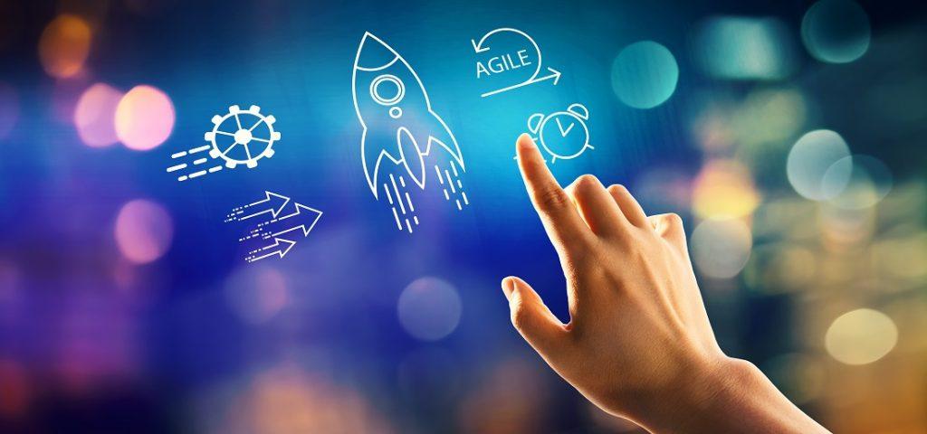 Finger tippt auf Blue Screen Rakete an agiles Management